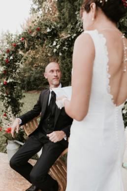 ma mariée qui lit ses voeux sous l'arche de cérémonie de mariage en lierre et épi de blé, à la grande-motte