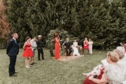 discours demoiselle d'honneur en rouge, arche de cérémonie laïque en lierre, mariage à lyon