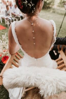 robe de mariée dos nus, collier de mariage qui descends dans le dos, chaise napoléon et peau de bête pour cérémonie laïque a montpellier