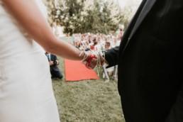 le rituel des rubans, pur cérémonie laïque de mariage à nice, mes mains des mariés noués