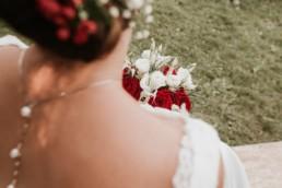 bouquet de mariage roses rouges et roses blanches, mariage à Paris