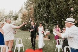 fin de cérémonie laïque en provence, mes mariés dans l'allée sous les bulles en Provence