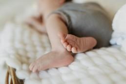 petits pieds de bébé qui dort en bloomer vert a la grande motte