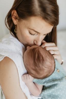 maman qui embrasse son nouveau-né au Grau-du-Roi