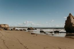 photo de la plage el matador beach à malibu en californie, plage et rochers