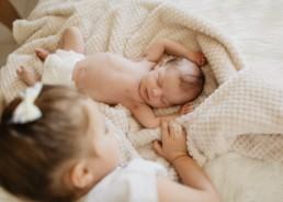 petite fille qui regarde son bébé petit frère à Juviganc