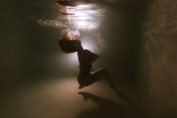 danseuse sous l'eau, en piscine pour de l'underwater photography. Portrait d'art aquatique à Montpellier