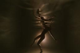 reflet de la surface de l'eau, d'une danseuse sous l'eau à Paris