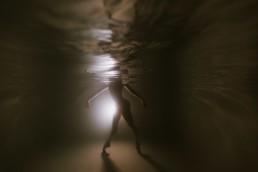 photo sous l'eau d'une danseuse en justaucorps , dans une piscine à Nice
