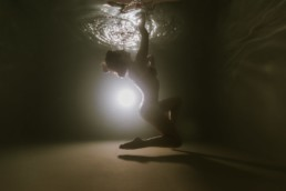danseuse en justaucorps dans une piscine à Montpellier