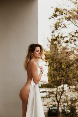 femme nue avec un drap blanc sur la poitrine, pour séance photo à montpellier