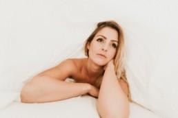 femme au réveil sous le draps à narbonne