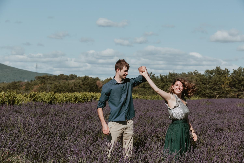 couples qui dansent dans la lavande
