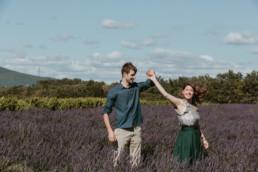 couple qui danse dans les lavandes en Provence à coté de Visan.