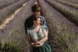 couple qui e tiens dans les bras dans un champ de lavande au pied du mont ventoux a coté d'Avignon , jupe et haut vert et paillette zara