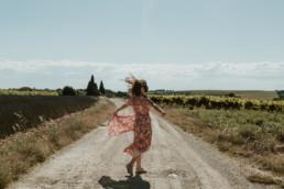 femme qui danse à castelnau le lez, cheveux qui volent dan le vent, robe champêtre à fleur promod