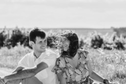 couple assis par terre en noir et blanc, à juvignac dan l'Hérault