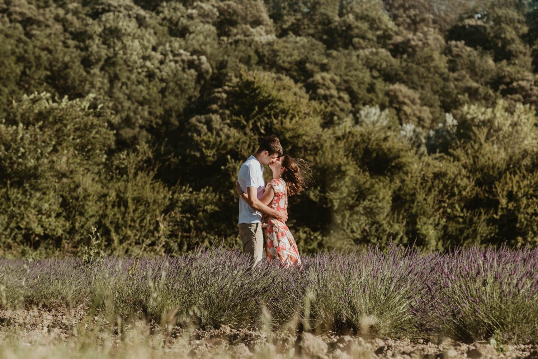 photo couple qui s'embrasse en provence