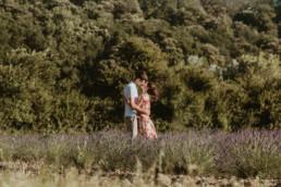 couple qui s'embrasse dans le champ de lavande devant le chateau de grignan en drome provençale