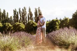 couple dans les lavande pour une séance photo avant le mariage. Champs de lavande à côté de Montpellier en Provence. Robe longue à fleur, coucher de soleil, abeilles qui volent