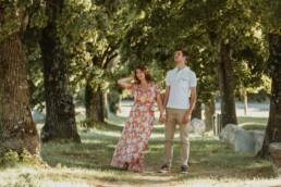 couple sous les platane pour shooting photo avant mariage à Montpellier