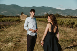 couple dans les vignes en languedoc Roussillon proche de montpellier. séance photo engagement love session