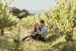 couple assis dans les vignes pour shooting photo avant le mariage à Montpellier