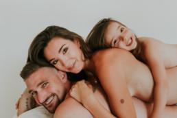 photo portrait de famille avec papa maman et fillette à paris à domicile