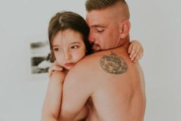Petite fille qui fait un câlin a son papa qui est tatoué à Montpellier