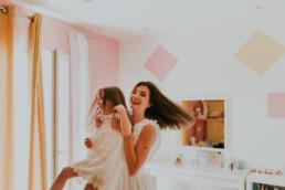 photo d'une maman qui fait tourner sa fille dans sa chambre à Montpellier