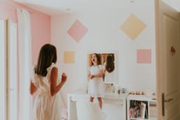 photo d'une petite fille qui éclate de rire dans sa chambre à montpellier
