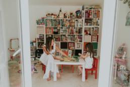 Maman qui joue pour un reportage photo mère fille à montpellier, dans la salle de jeux de l'enfant
