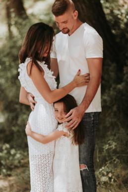 petite fille qui fait un câlin a ses parents dans la nature à cote de montpellier