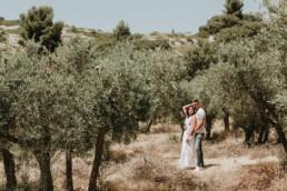 photo couple bohème dans un champ d'olivier à côté de Montpellier