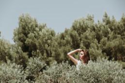 photo d'une femme au dessus des oliviers dans les alpilles en Provence