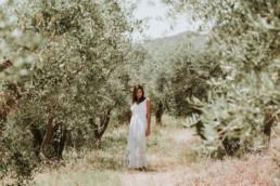 photo portrait femme en robe blanche zara entourée d'olivier