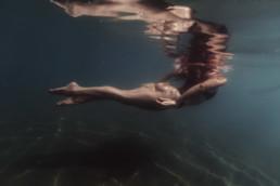 femme qui nage dans la mer à Carnon 34, qui remonte à la surface. Jambes de nageuse dans la mer de Montpellier