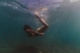 femme qui fait des pirouette dans l'eau, à la plage de Frontignan dans l'Hérault 34. Nageuse, sirène, mermaid.