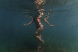 corps de femme en maillot de bain dans la mer à la plage de Sérignan pour des photos sous l'eau professionnelles