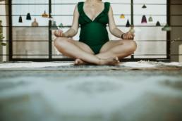 photo femme enceinte qui fait du yoga et de la méditation à Montpellier