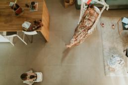 photo vue de l'étage du salon avec une maman enceinte et sa petite fille qui joue à Montpellier