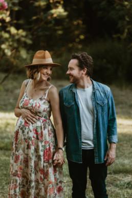photo d'un couple de futur parent à montpellier dans le 34 hérault. Shooting photo à domicile dans le jardin des parents au coucher du soleil en plein été