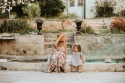 une future maman enceinte qui joue avec sa fille dans le jardin à Montpellier Hérault. Reportage photo famille en été