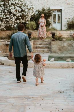 un papa et sa fille de 3 ans qui lui tiens la main, ils vont rejoindre la maman enceinte du 2 eme bébé saint jean de védas