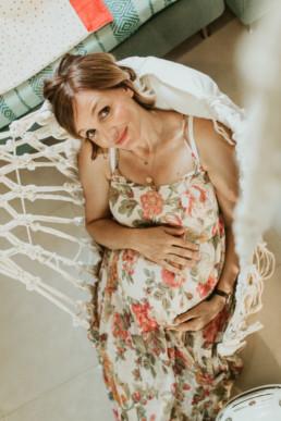 femme enceinte dans un hamac en macramé à montpellier. deuxième grossesse pour cette jeune maman