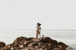 photo couple de marié sur les rochers à la page. robe de mariage et chapeau à Montpellier