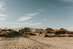 plage de la grande motte, sable et dune devant les appartement de location de vacances