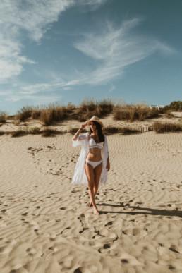 miss provence qui marche sur le sable de la plage de la paillote bikinis beach à la grande motte