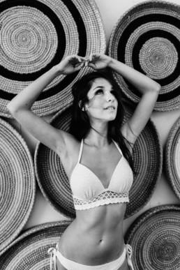 femme brune en maillot devant la décoration du bikinis beach paillote de plage à la grande motte