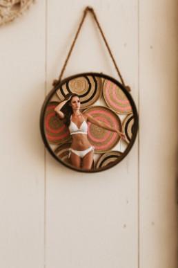 reflet d'une modele photo dans un miroir de la décoration de la paillote de plage le bikini beach à la grande motte département de l'Hérault